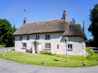 PRIORY COTTAGE, semi-detached, woodburner, parking, patio, pet-friendly, in Okehampton, Ref 925073 - Okehampton vacation rentals