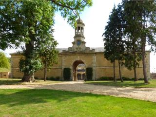 WALKER'S PASS, two-storey wing of a superb abbey, two bedrooms, woodburner, parking, near Stamford, Ref 927652 - Stamford vacation rentals