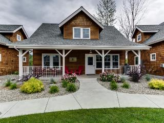 Charming bayfront cabin with boat slip & resort attractions - Sandpoint vacation rentals