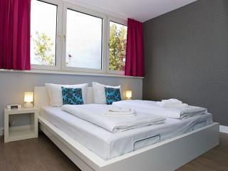 Family Cosy B 2.5 apartment in Kreuzberg with WiFi, gedeeld terras & lift. - Berlin vacation rentals