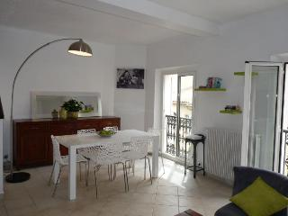 Cozy Condo with A/C and Television - Cannes vacation rentals