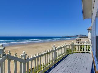 Historic Nye Beach waterfront home w/beach access & hot tub, dogs ok! - Newport vacation rentals