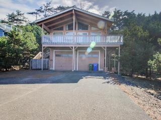 Oceanview, pet-friendly home - walk to beach & shared pool! - Waldport vacation rentals