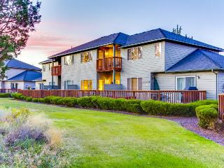 Lovely townhome w/golf course views & shared pool and hot tub! - Redmond vacation rentals