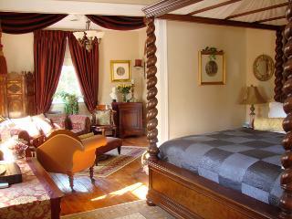 GEORGIAN RESIDENCE  ( Ernest Hemingway Suite) - Niagara-on-the-Lake vacation rentals