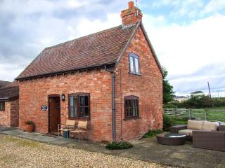 PARADISE COTTAGE, barn conversion, off road parking, garden, in Ilmington, Ref 22263 - Ilmington vacation rentals