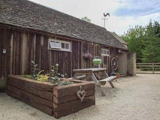 HENLOFT, barn conversion, parking, shared courtyard, indoor heated pool, in Cirencester, Ref 31095 - Cirencester vacation rentals