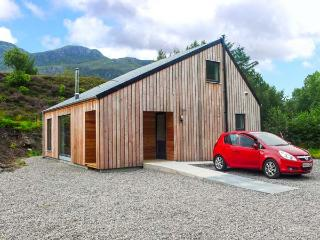HIGHLAND SHORES, detached, eco-friendly, woodburner, WiFi, near Loch Long and Dornie, Ref 904019 - Dornie vacation rentals