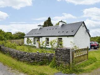 ARDNEESKAN COTTAGE, single-storey, two solid fuel stoves, pet-friendly, in Riverstown, Ref 925408 - Riverstown vacation rentals