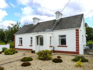ROOK HILL COTTAGE, range and open fire, pet-friendly, front outside area, Newbridge, Ref 925875 - Ballygar vacation rentals