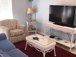 """SUMMER BREEZE"" ~ GREAT VALUE! ~ SLEEPS 6 - Navarre vacation rentals"