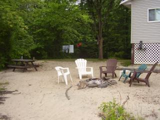 Nice Cottage with Deck and Internet Access - Pontiac vacation rentals