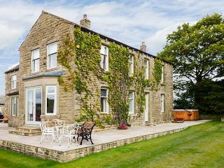CRINGLES HOUSE, hot tub, en-suite facilities, WiFi, woodburning stove, patio with furniture, near Addingham, Ref 913080 - Addingham vacation rentals