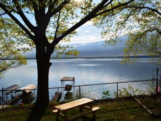 Waterfront w/Hot Tub on Wine Trail - Yes Pets - AB - Dresden vacation rentals