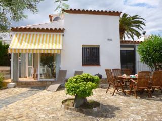 Bright 2 bedroom Villa in Empuriabrava with A/C - Empuriabrava vacation rentals