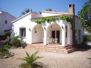 Cozy 3 bedroom Empuriabrava Villa with Television - Empuriabrava vacation rentals