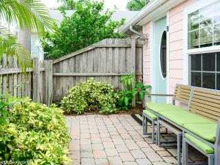 Funky Flamingo Cottage - 1/1 pets ok free Wifi - Gulfport vacation rentals