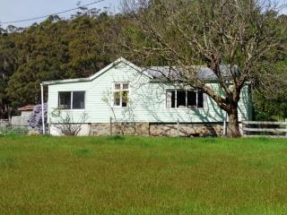 Lovely 3 bedroom Eaglehawk Neck Farmhouse Barn with Internet Access - Eaglehawk Neck vacation rentals