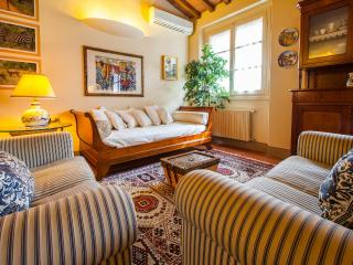 Delightful Florentine apartment with courtyard located just steps from the Duomo, sleeps 2 - Florence vacation rentals