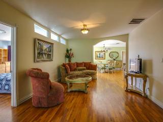 Luxury estate w/ pool for up to 16! 4 miles from Disneyland! - Anaheim vacation rentals