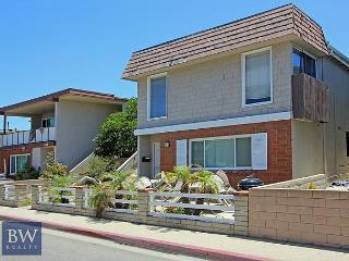Spacious Upper Unit! 2 Houses From the Sand! (68185) - Newport Beach vacation rentals