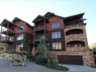 2 BR Black Diamond Lodge condo, bedrooms on separate floors, hot tub.  LOCATION - Crested Butte vacation rentals