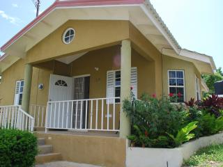Home From Home 15 mins from O/Rios free Wi/fi Awes - Ocho Rios vacation rentals