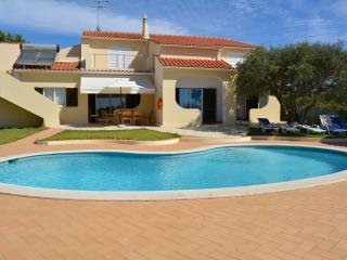 VILLA WITH POOL SLEEPS 9 - Armação de Pêra vacation rentals