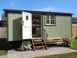 Romantic 1 bedroom Broadway Shepherds hut with Deck - Broadway vacation rentals