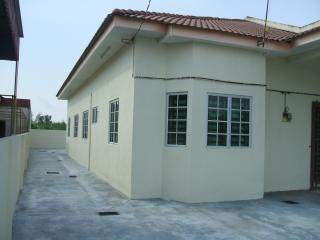 Nice House with Parking Space and Ceiling Fans - Simpang vacation rentals