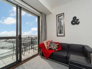 Sunny Central Auckland Apartment Sleeps 4 - Balcony, Carpark - Bayswater vacation rentals