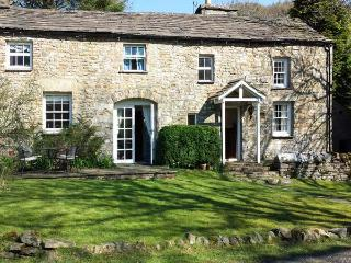 FARRIERS COTTAGE, semi-detached, woodburning stove, garden near Sedburgh, Ref 915228 - Garsdale vacation rentals