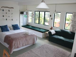 Perfect 1 bedroom Apartment in Whangarei Heads with Deck - Whangarei Heads vacation rentals