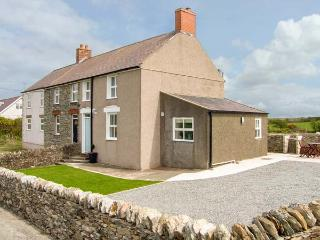 GLASFRYN, end-terrace, woodburner, pet-friendly, in Llanfaethlu, Ref 917102 - Llanfaethlu vacation rentals