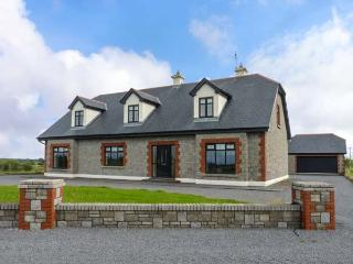 CLOONACASTLE COTTAGE, detached, garden, two en-suite showers, WiFi, near Ballinrobe, Ref 928333 - Ballinrobe vacation rentals