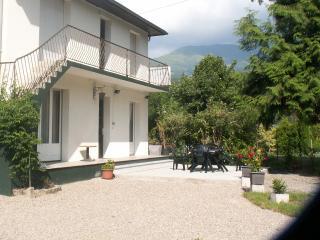 maison spacieuse avec grand jardin - Ayzac-Ost vacation rentals