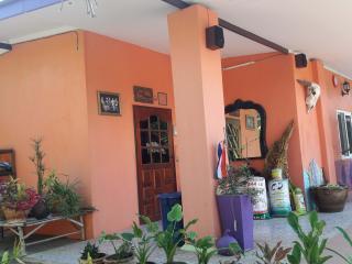 Cozy 3 bedroom House in Tha Maka - Tha Maka vacation rentals