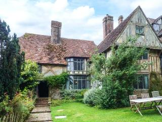 TUDOR WING magnificent manor house, snooker, tennis court, woodburner in Edenbridge Ref 916860 - Edenbridge vacation rentals