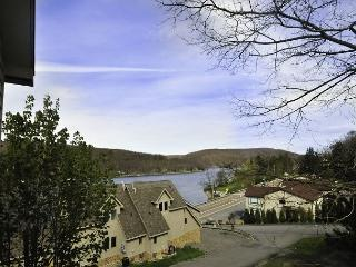 Bright & Cheerful 2 Bedroom Townhome with breathtaking lake views! - Oakland vacation rentals