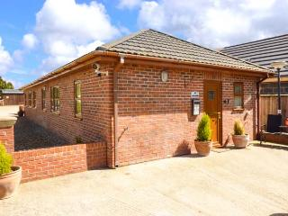 SYCAMORE COTTAGE, all ground floor, hot tub, great for walking, near York, Ref 916747 - Strensall vacation rentals