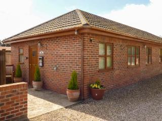 WILLOW COTTAGE, all ground floor cottage with hot tub, good touring base for coast and National Park, near York, Ref 916748 - Strensall vacation rentals