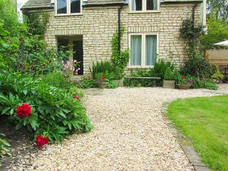 MILL COTTAGE, ground floor studio accommodation, pet-friendly, lawned garden, in Wotton-under-Edge, Ref 919133 - Wotton-under-Edge vacation rentals