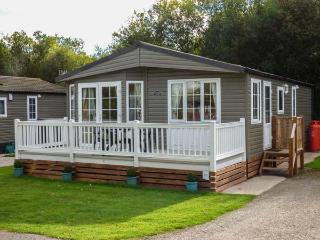 14 SILVERDALE, single-storey, detached lodge, en-suite, on-site heated pool and gym, near Carnforth, Ref 925355 - Carnforth vacation rentals