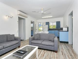 COCO'S HOLIDAY APARTMENT 1 FOR DEFENCE & EMERGENCY SERVICE MEMBERS - Trinity Beach vacation rentals