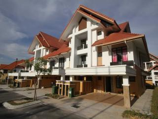 Bright 5 bedroom House in Putrajaya with Washing Machine - Putrajaya vacation rentals