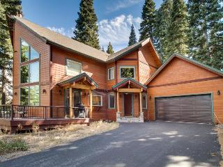 Lovely home w/ cathedral ceilings, access to shared pools, hot tubs & gym! - Truckee vacation rentals