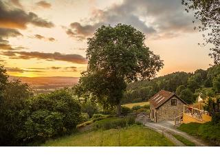 BISHOP'S CASTLE BARN, detached, hot tub, parking, elevated decking, in Bishop's Castle, Ref 920166 - Bishops Castle vacation rentals