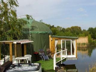 SECRET ISLAND YURT, hot tub, sauna, roll-top bath, lakeside yurt in Beckford, Ref. 921614 - Beckford vacation rentals