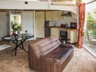 SECRET ISLAND YURT, hot tub, sauna, roll-top bath, lakeside yurt in Beckford, Ref. 921614 - Beckford vacation rentals