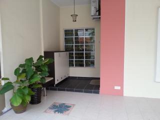 Kulaijaya Palm Villa Golf and Garden Homestay, 810 - Kulai vacation rentals